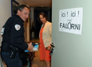 Un policier constate une affiche &quot;ici c'est Falorni&quot; sur la porte de Sgolne Royal
